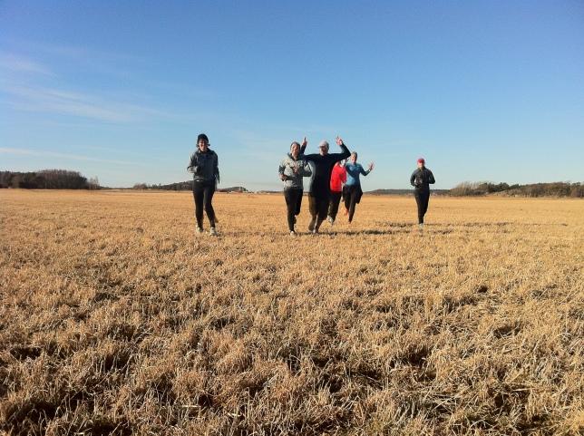 Löpning över åkrar med kompisar är kul, fotgraf Marika Johansson.