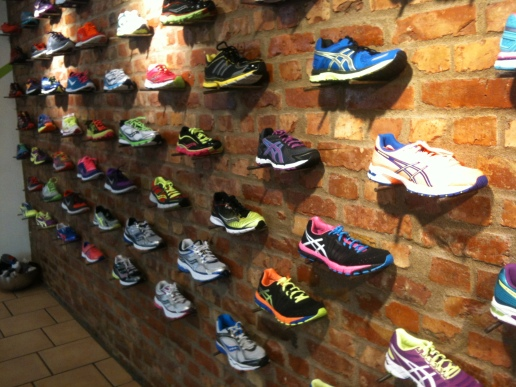 Löp&Sko:s vägg med olika löparskor.