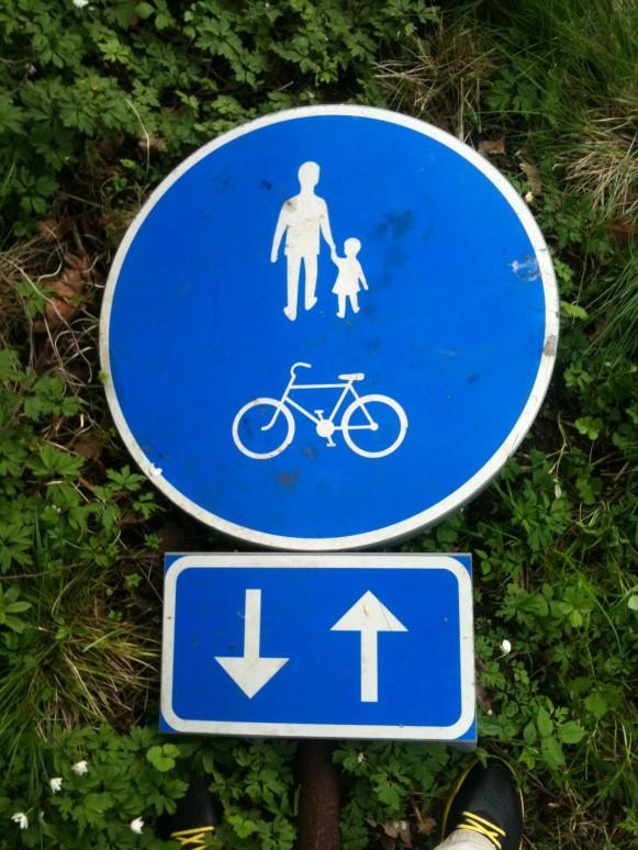 Skylt f!ör gående och cyklande!