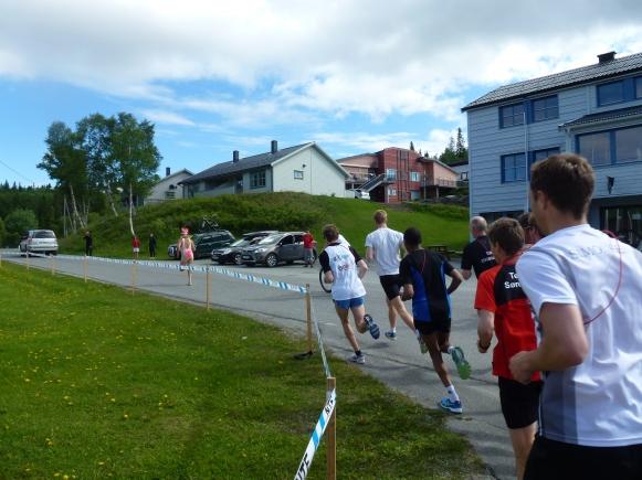 Efter 75 meter av starten i  dag två i Steinfjellstafetten