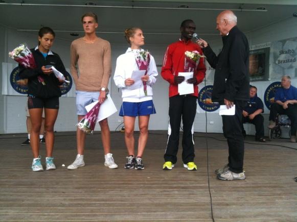 De fyra segrarna på 5 och 10 km intervjuas av Arne Hegerfors i parken i Lysekil