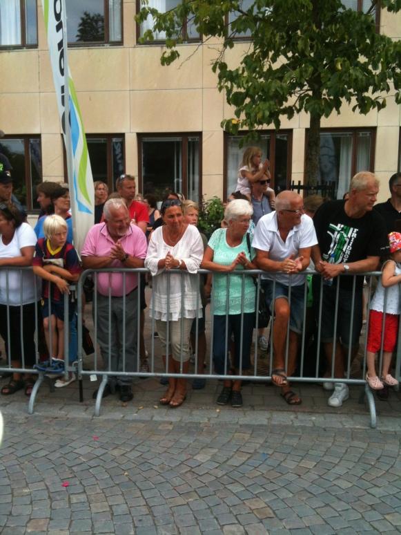 Nybörjare beundrar löpare under Falkenbergs Stadslopp