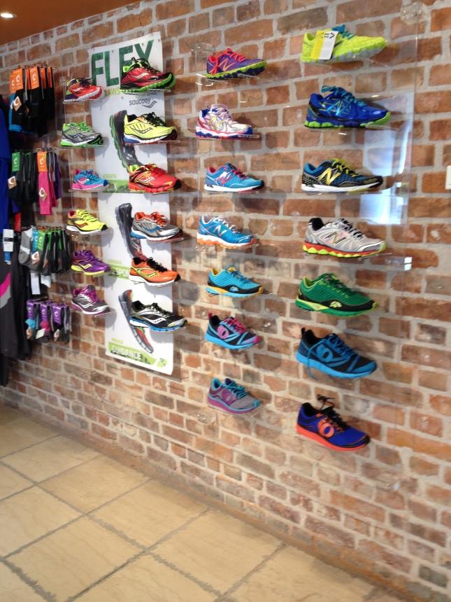 Några udda löpskomärken finns på väggen!