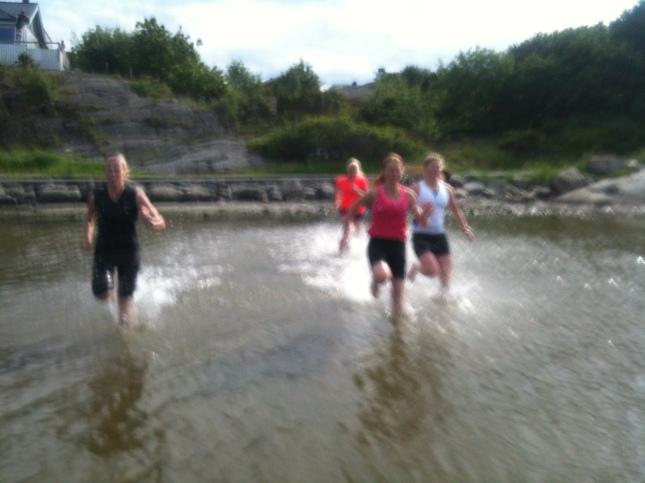 Lolo, Åsa, Anna och Hanna springer i vatten!