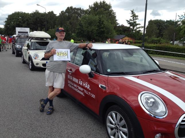 K-G poserar framför sponsorbilarna från Mini!