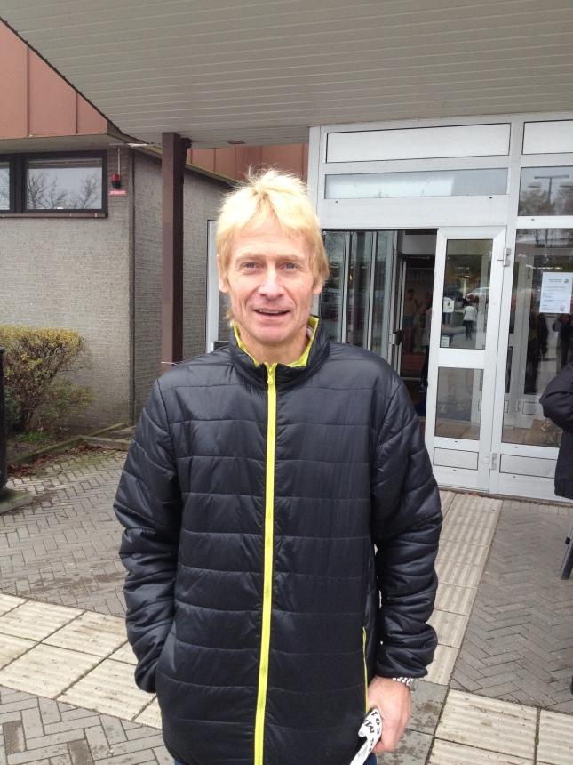 Niklas Wikner utanför badhuset inför Växjö Marathon!