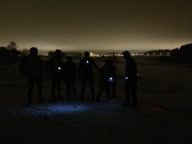 Det behövs inte mycket belysning på snöklädd golfbana!