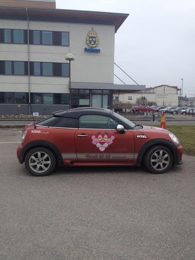 Pantermobil vid liten polisstation i Kungsbacka!