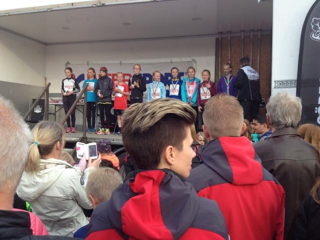 Ungdomsklasserna drabbades inte av förseningen! Pristagare på scenen!