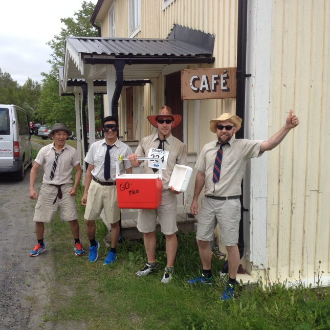 Eskil d.ä. ville bjuda café ägarna på en riktig gofika. Tyvärr hade de inte öppnat, knackade nog på i 7-8 minuter!