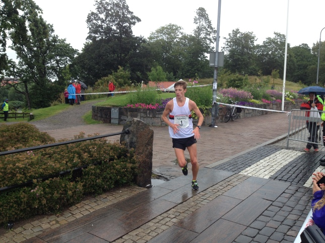 Oscar upp på Tullbron, en knapp kilometer från mål!