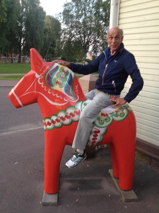 Värden Torvald skämmer ut sej på en konstig häst!