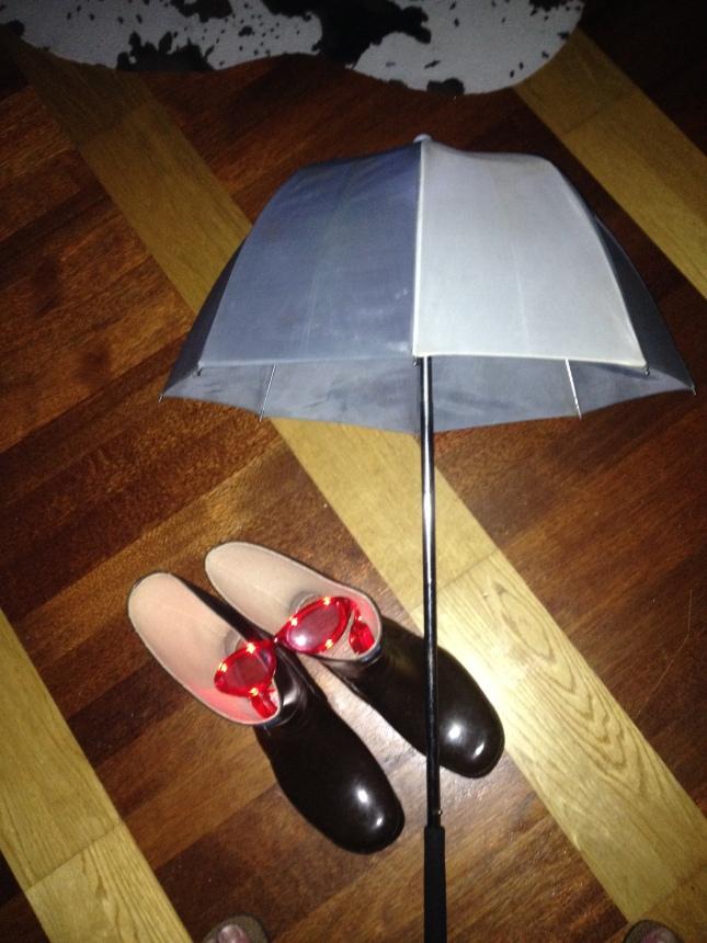 Högt upplyst paraply, stövlar och blinkande glasögon ingick i rekvisitan!
