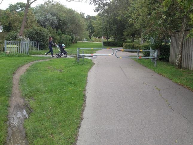 Det går knappt att köra genom grinden, åk runt istället!